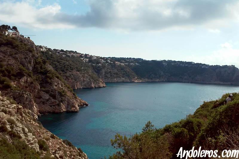 Cala Granadella: senderismo junto a los acantilados